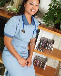 Азиатка в костюме медсестры со стетоскопом показывает тело в приёмной