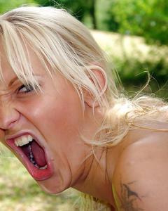 Зрелая блондинка трахнулась с молодым парнем во время пикника на природе