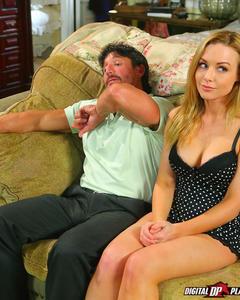 Бородатый мужик трахает застенчивую блондинку на замшевом диване