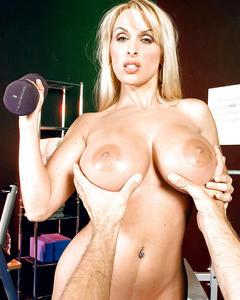 Тренер покручивает соски и трахает блондинку в тренажерном зале