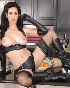 Большегрудая домохозяйка в кожаном белье и сапогах разделась на кухне