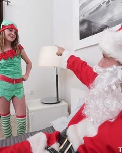 Санта трахнул негодницу в костюме эльфа раком на рождество