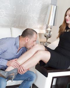 Стройную брюнетку трахает любимый во все дыры на белом диване