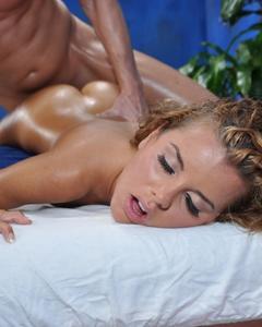 Намасленную блондинку трахает массажист на кушетке