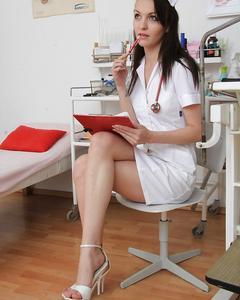 Медсестра засунула расширитель в пизду на гинекологическом кресле