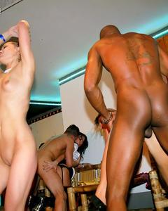 Телки трахаются и делают минет мужикам на вечеринке в вип клубе