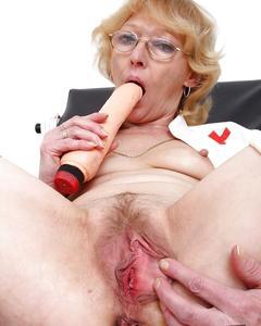 Старая медсестра самотыком и расширителем дрочит вагину в кресле гинеколога