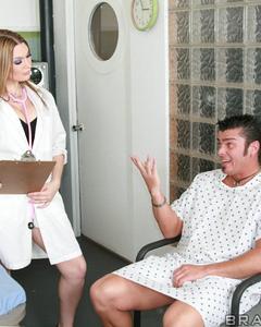 Пациент трахается с медсестрами в палате больницы и кончает им на лица