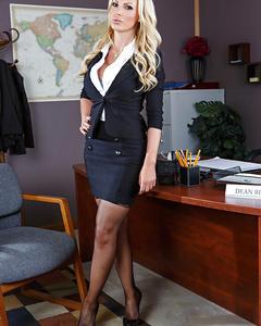Блондинка с большой грудью раздевается в офисе