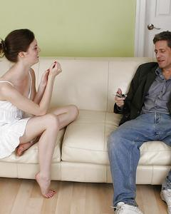 Мужик выебал девушку в белом сарафане на кожаном диване и кончил ей на лицо