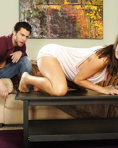 Длинноногую девушку грубо трахают в узкую киску на столе