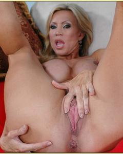 Зрелая Amber Lynn дрочит пизду, демонстрируя огромную грудь