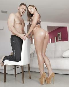 Амира Адара трахается в задницу с мужиком на белом диване