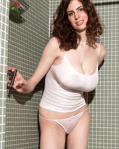 Красотка Lillian Faye показывает огромные сиськи во время приема душа