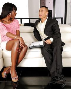 Белый парень трахает раком черную красавицу на белом диване