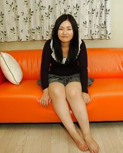 Азиатка красиво раздевается и играет с волосатой киской