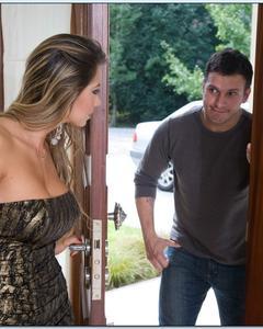 Пока муж на работе жена трахается с любовником на кожаном диване