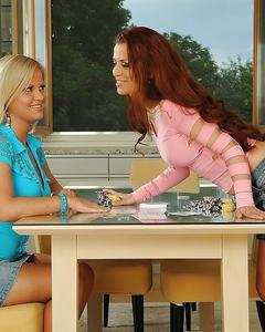 Две лесбиянки поиграли в карты на желания и поебались на кухонном столе