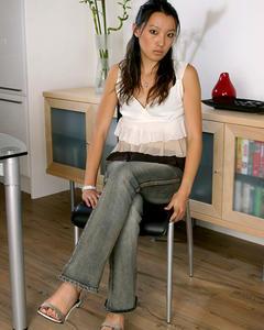 Худая азиатка демонстрирует волосатую киску на кухне