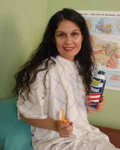 Мамка в кабинете гинеколога бреет киску намазав её пенкой
