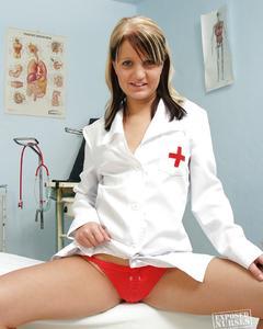 Медсестра в кабинете гинеколога показывает влагалище изнутри