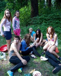 Чуваки по очереди ебут молодых подружек на пикнике в лесном массиве