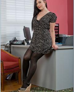 Брюнетка в туфлях раздевается в своем офисе
