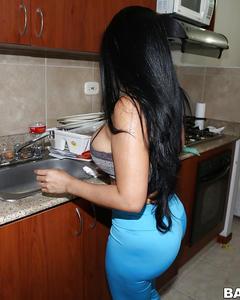 Горничная из Мексики показывает тело во время уборки в номере