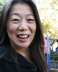 Зрелая азиатка показала свою пизду на улице