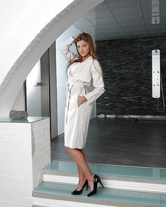 Мария Рябушкина в белом плаще раздевается на ступеньках