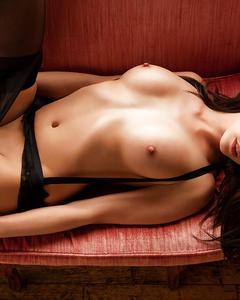 Молодая красотка Bethanie Badertscher позирует голой на красной софе