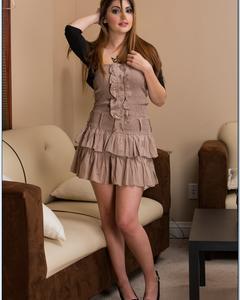 Девушка в кружевном платье демонстрирует пизду на кожаном диване