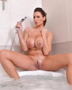Пышногрудая мамка принимает ванну и дрочит бритую пизду