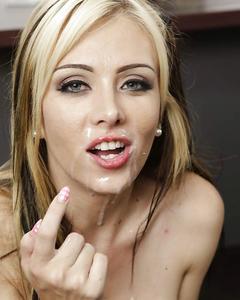 Секретарша сосет своему начальнику прямо в офисе и глотает сперму