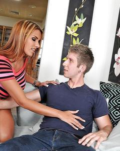 Парень выебал кареглазую девушку на диване и кончил в её ротик