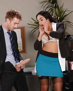 Босс трахнул загорелую секретаршу в чулках у неё в кабинете