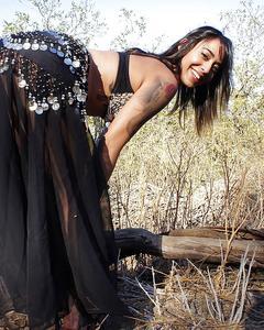 Татуированная цыганка с проколотыми сосками дрочит в чистом поле
