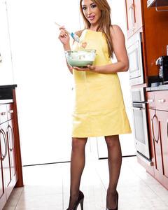 Домохозяйка в чулках готовит десерт и показывает киску на кухне