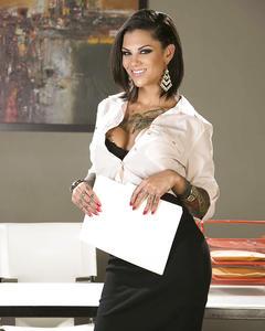 Татуированная секретарша в черных чулках показывает киску в офисе