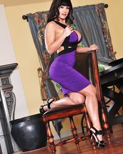 Грудастая брюнетка Lisa Ann показывает зрелую киску и попку на стуле