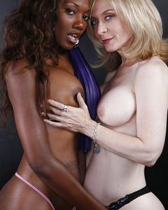 Зрелая лесбиянка лапает молодую негритянку с большими сиськами