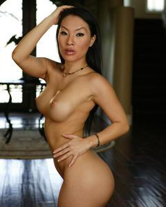 Азиатка в коротких шортиках показала стриптиз в гостиной