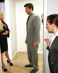 Менеджер втыкает грудастой начальнице член в манду посреди дня