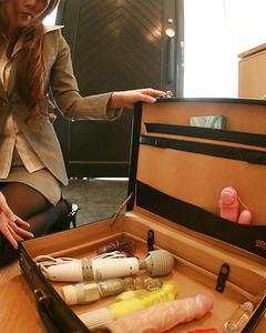 Японка в пиджаке раздевается и забавляется с коллекцией игрушек