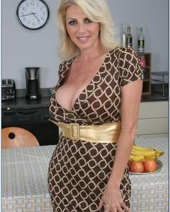Зрелка Penny Porsche показала раскрытую вагину у тарелки фруктов