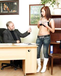 Старый босс с бородой дрючит узкую киску секретарши на полу