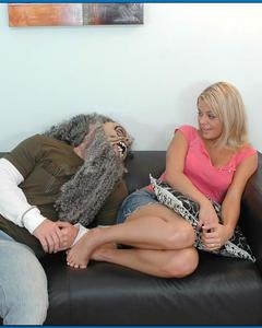 Ебарь напугал блондинку страшной маской и отпердолил её писю раком