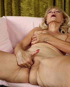 Озабоченная бабка дрочит вагину пальцами