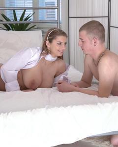 Романтичный секс чешки с огромными натуральными титьками и лысого парня