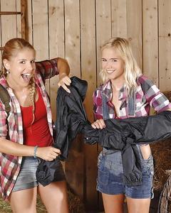 Две блондинки трахают друг дружку фонариком в амбаре